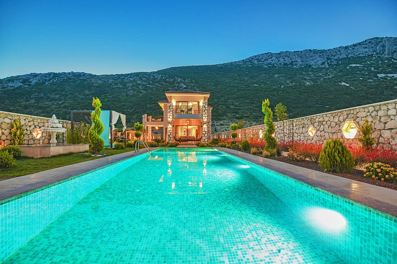 Villa Farm, Outdoor+Indoor (heated) Pool, Jacuzzi, Sauna, Tennis Court, Bicycle, holiday rental in Bezirgan