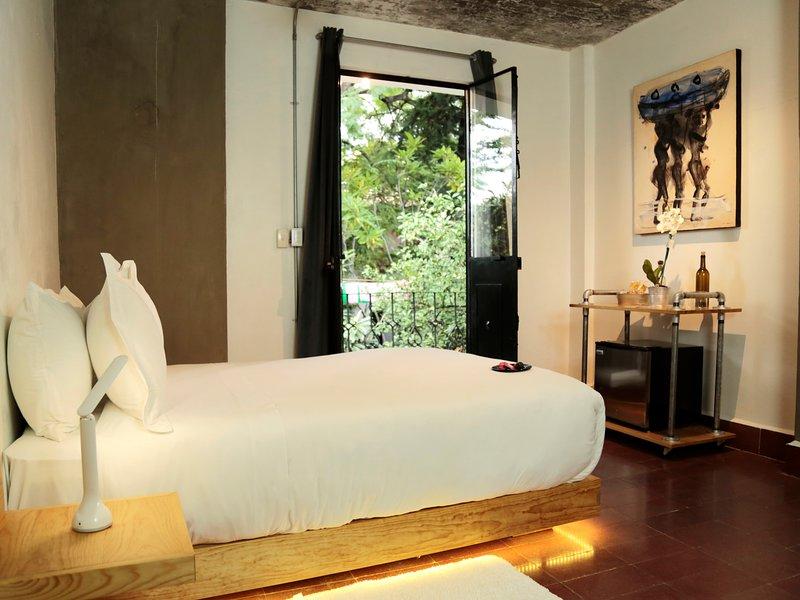 Single room with balcony and garden view. Agrado Guest House, holiday rental in Tlalixtac de Cabrera
