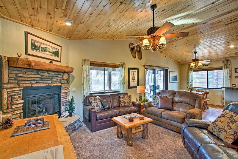 Honeybear Hollow Romantic Getaway Cabin in Forest!, aluguéis de temporada em Show Low
