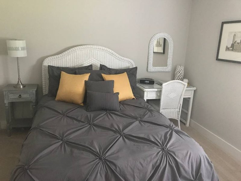 Newly Renovated Private Bed & Bath Suite!, location de vacances à Antioch