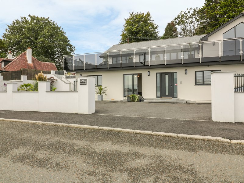 BRUNEL'S VIEW, open-plan, patio area with BBQ, in St Austell, holiday rental in High Street
