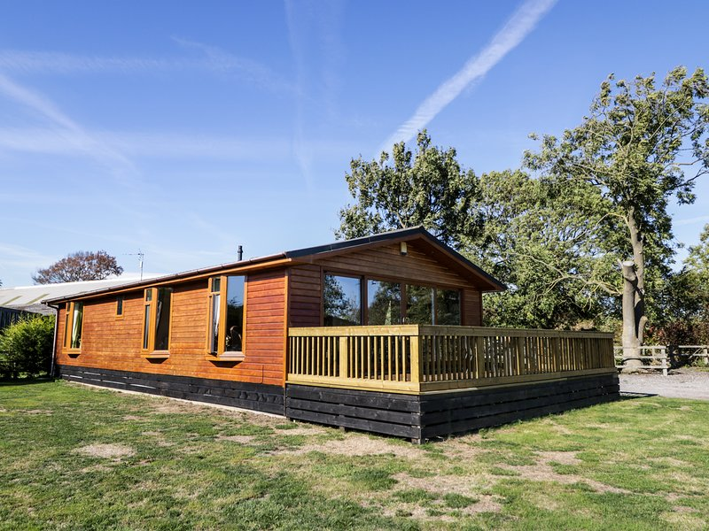 ASH TREE LODGE, detached log cabin, fabulous views, all ground floor, hot tub, holiday rental in Stamford Bridge