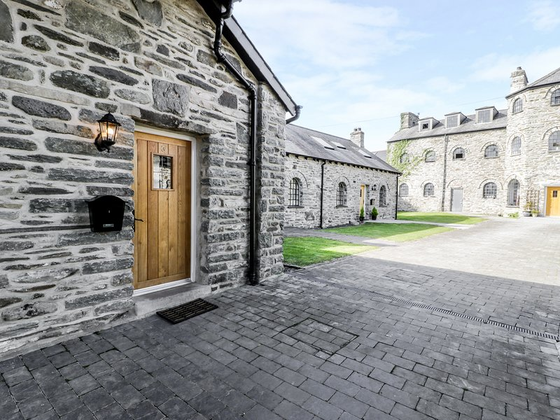 3 BYTHYNNOD YR ARAN, pet friendly, character holiday cottage in Bala, Ref 929345, vacation rental in Bala