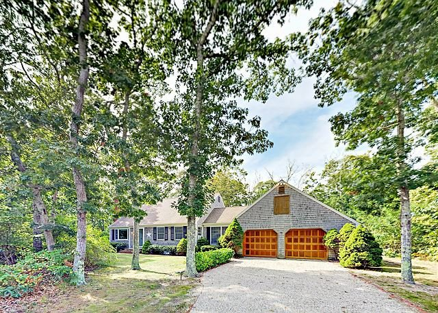 Spacious Eastham Home w/ Expansive Deck & Yard - Near Nauset Light Beach, vacation rental in North Eastham