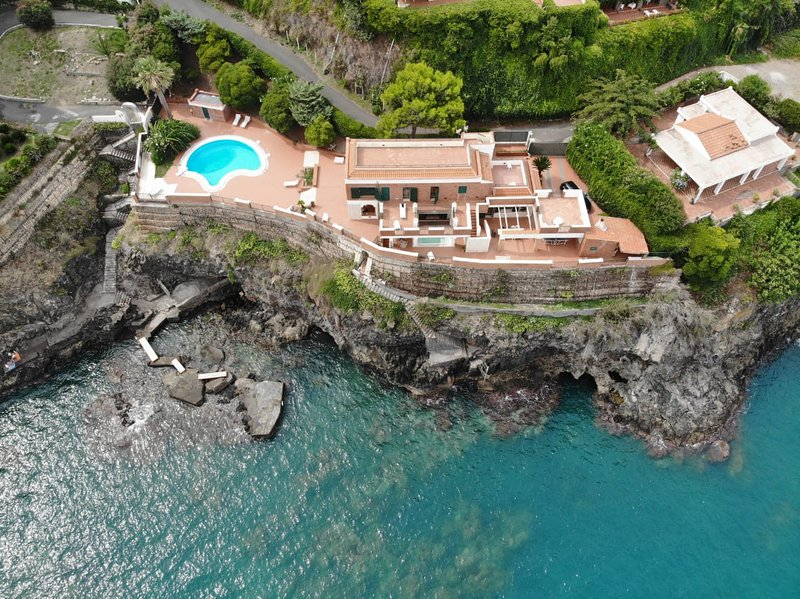 Villa Catherine-Enchanting overwater villa with private pool and heated whirpool, holiday rental in Brucoli