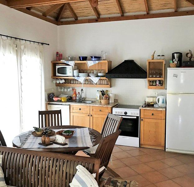 Samik Villa Sleeps 4 with Pool and Air Con - 5679568, holiday rental in Armutalan