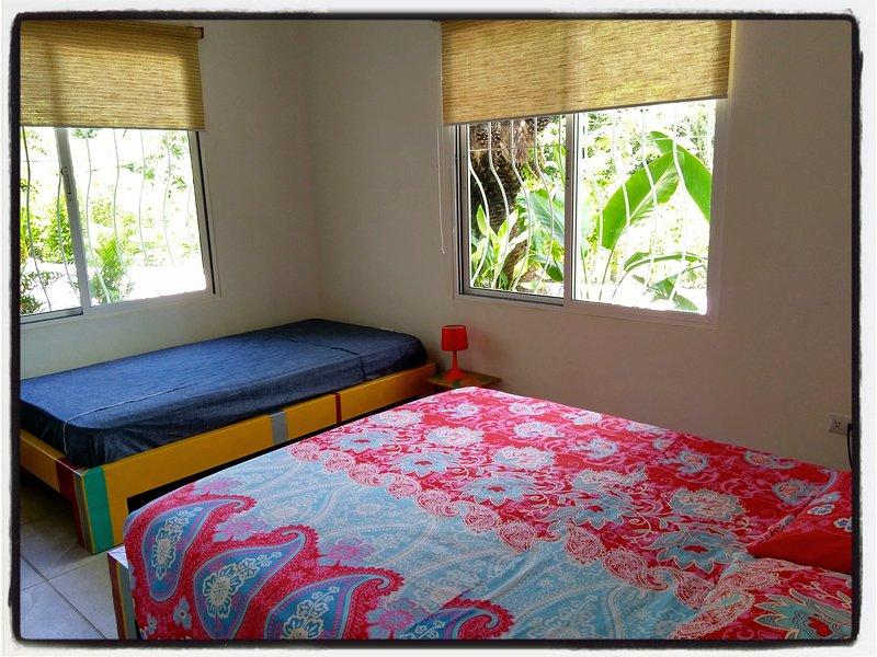 Chambre avec un lit queen et un lit individuel - Apartamento Ceiba NEGRA