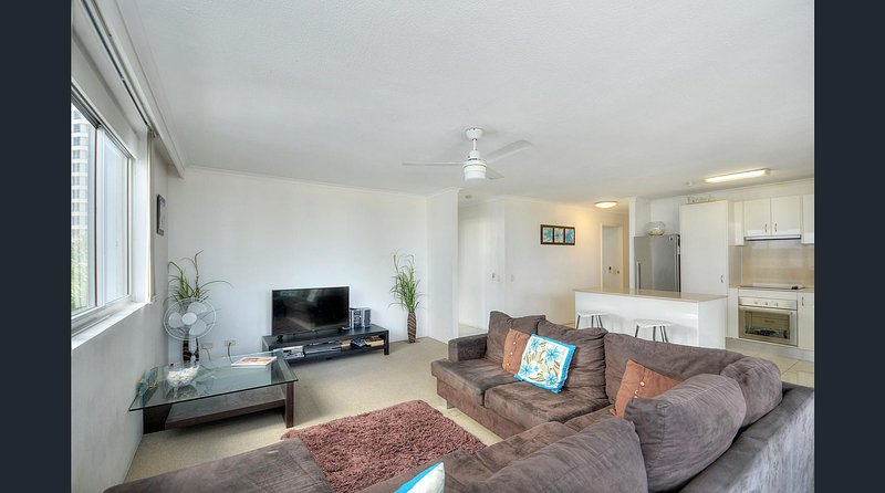 Luxury & Location Beachfront Family Friendly Sandpiper by the Beach, vacation rental in Burleigh Waters