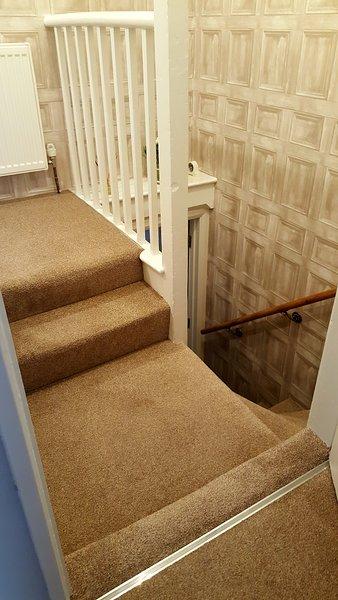 Vanaf de bovenkant van de trap, 2 verdere stappen naar de tweede landing