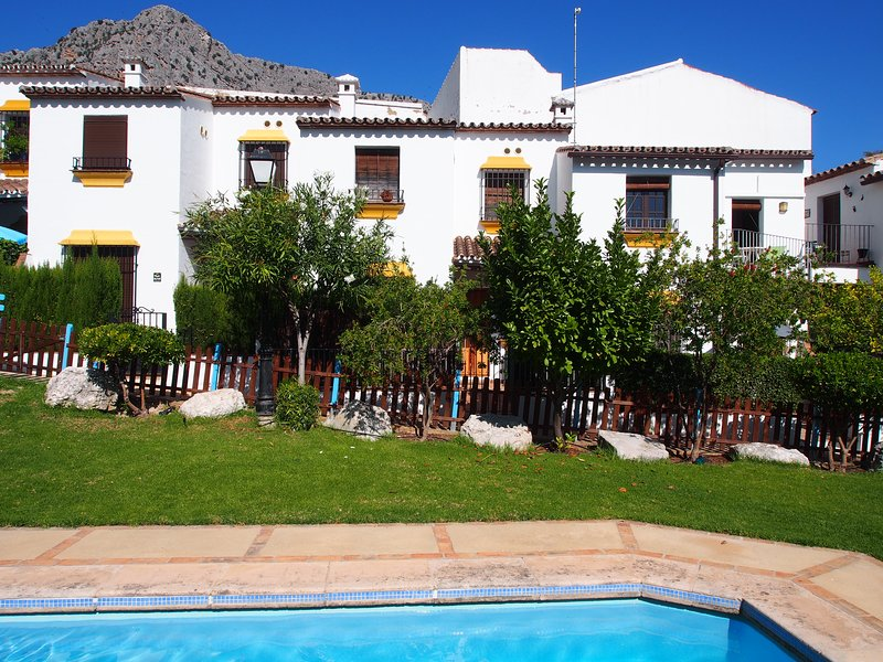 Casa de Limon,  2 Bed house with aircon, heating  and shared swimming pool, casa vacanza a Benaoján