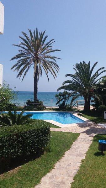 Jardín, piscinas y mar