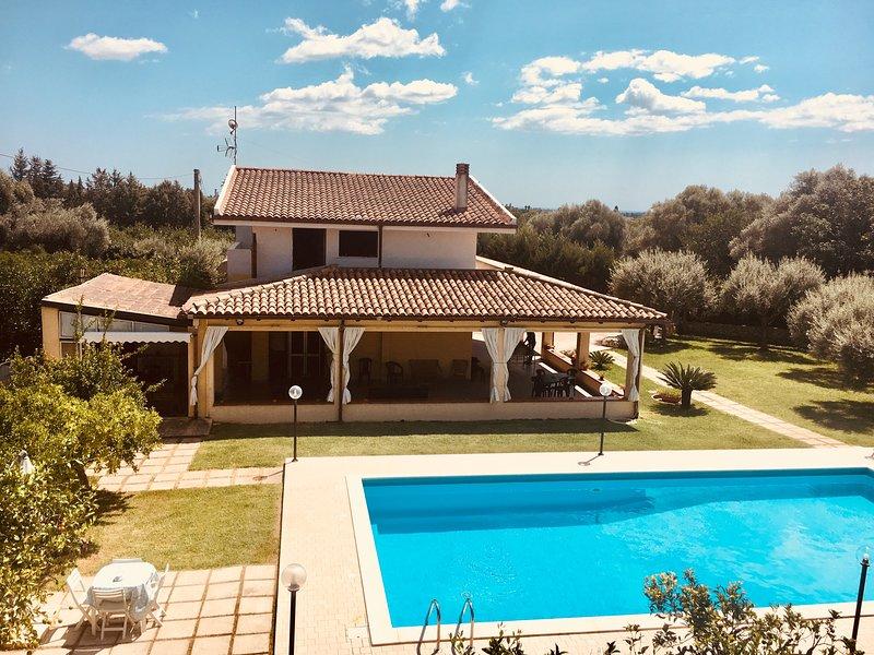 Spacious villa with swimming-pool, location de vacances à Floridia