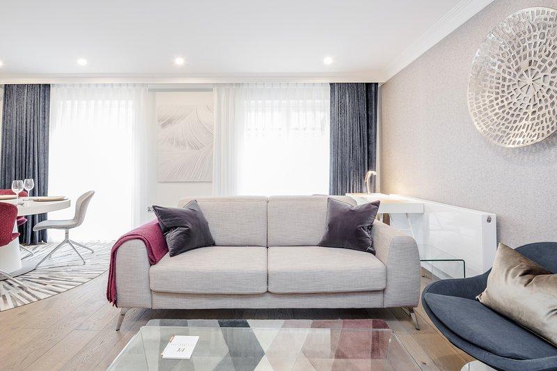 Bo-Concept es la marca de muebles, sofá con televisor de pantalla panorámica y paquete full sky