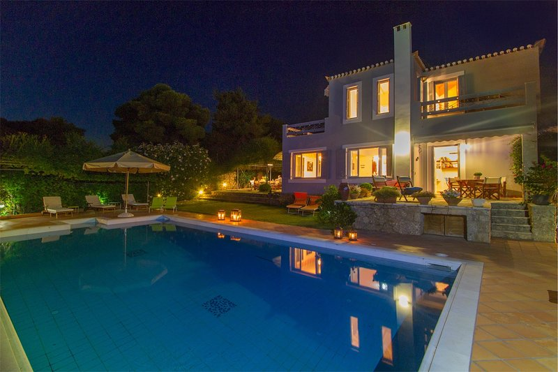 Exquisite Family Villa with pool, tennis court and views, holiday rental in Porto Heli