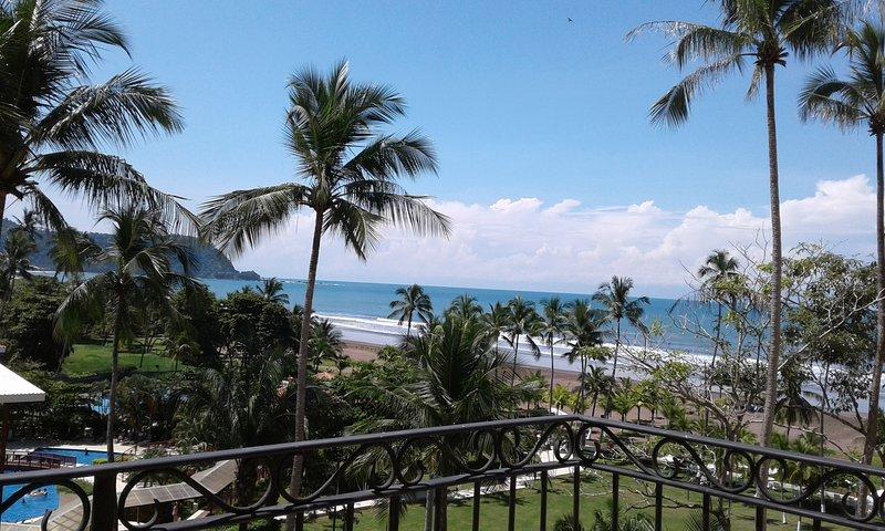 Hör havet och känna stressen smälta bort i din vackra havet lägenhet