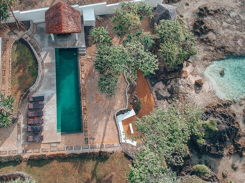 en regardant votre piscine et la piscine océanique de l'air