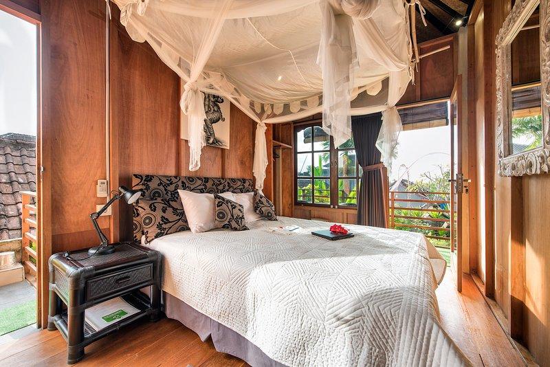 Lumbung Queen bed, gedrapeerd net, kwaliteit beddengoed, AC, ventilator, ensuite badkamer en een eigen veranda.