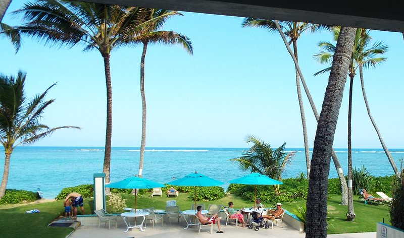 BEACHFRONT Condo on Quiet, Sandy Beach- Free Parking, WiFi, & Extras- OCEANFRONT, vacation rental in Hauula