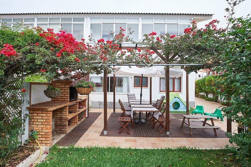 BEIJA-FLOR HOUSE, a good choice for family holidays,close to the beach,4 ensuits, aluguéis de temporada em Casais de São Lourenço
