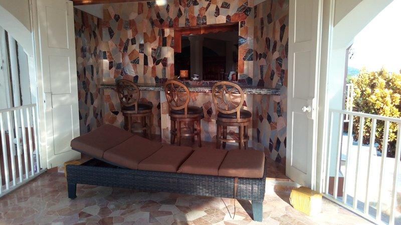 Zona de relax privada en la casa donde puede tomar una copa y relajarse. Trabajos en piedra aportan sensación natural.