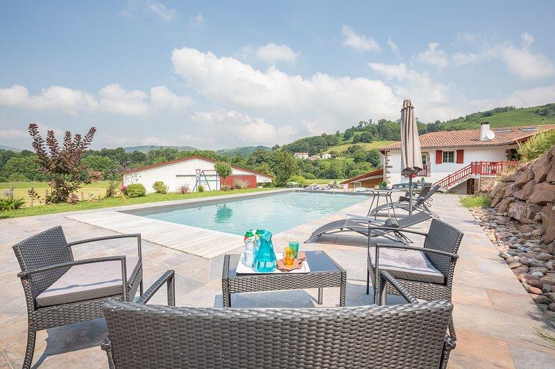 Location Gîte rural au Pays basque avec piscine chauffée, holiday rental in Bidarray