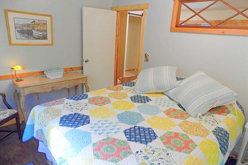 Novo quarto com armários e uma cômoda não aparecendo.