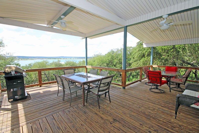 Terrasse spacieuse et coin repas en plein air