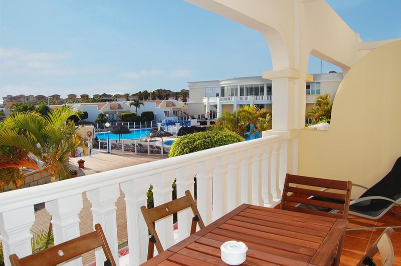 Lovely 2 bed duplex at The Palms with two large sunny terraces, casa vacanza a Atogo