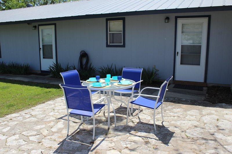 Table de patio avec 4 chaises - idéal pour le café du matin
