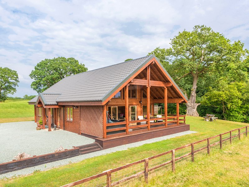 HAMPTON LODGE, luxury lodge, large bedrooms, hot tub, country views, Ellesmere, holiday rental in Edstaston