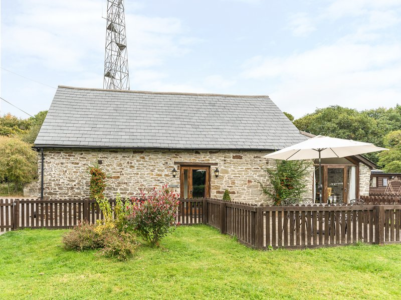 KENSLEY LODGE, exposed stonework, beams, near Coleford, holiday rental in Broadwell