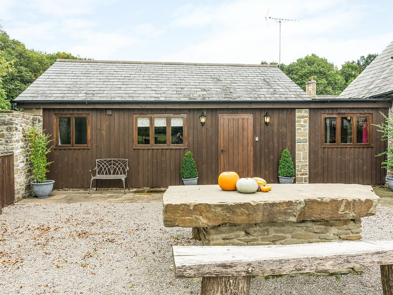 LATIMER LODGE, open-plan, exposed beams, near Coleford, holiday rental in Broadwell