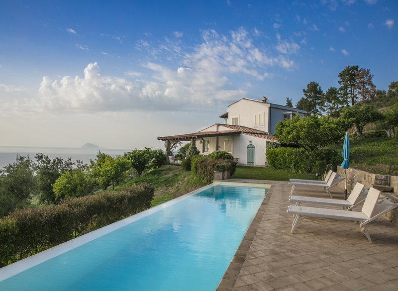 Villa Laura, beautiful and charming villa with private pool 4km from the sea, vakantiewoning in Capo d'Orlando