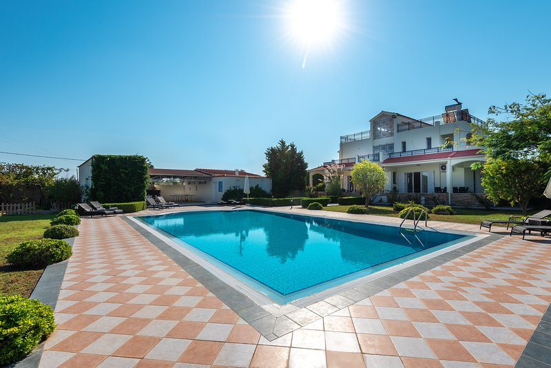 Royal Classico Villa, holiday rental in Kolympia