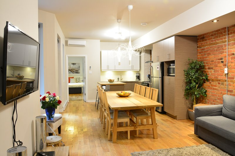 Ground Floor with Patio - Family, Friends & Business Friendly. 95% Walk Score!, vacation rental in Montreal