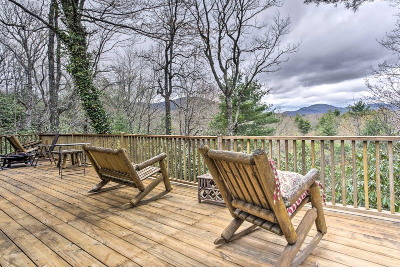 5-Acre Lake Toxaway Mountain Cabin w/Fire Pit, Ferienwohnung in Lake Toxaway