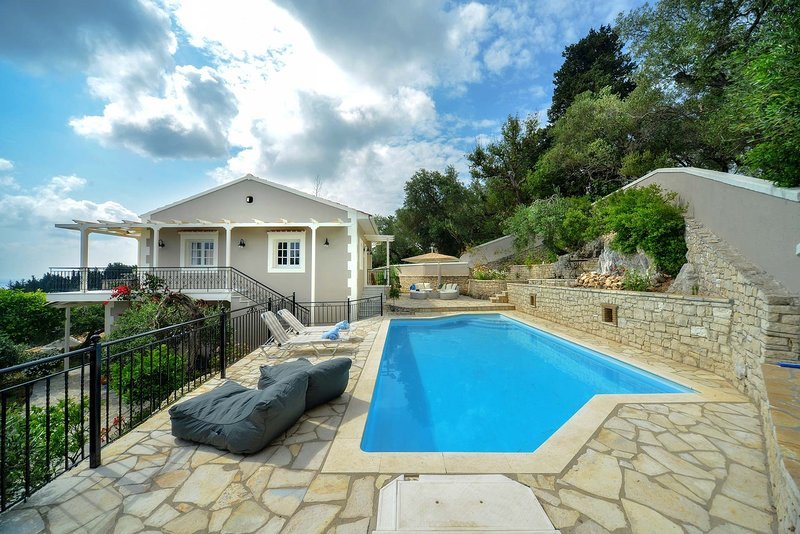 Christiana Villa - Newly renovated 3 Br Villa with private pool close to Loggos, alquiler vacacional en Magaziá