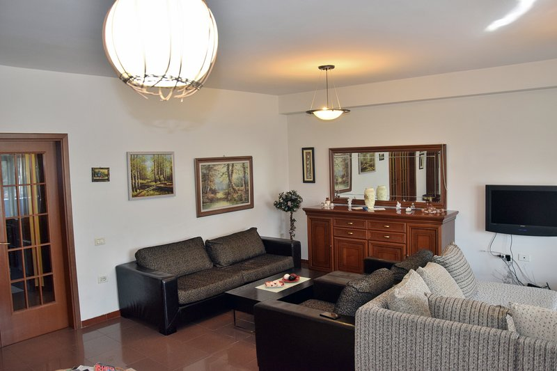 Luxurious & comfy apartment in the heart of Tirana, location de vacances à Mullet