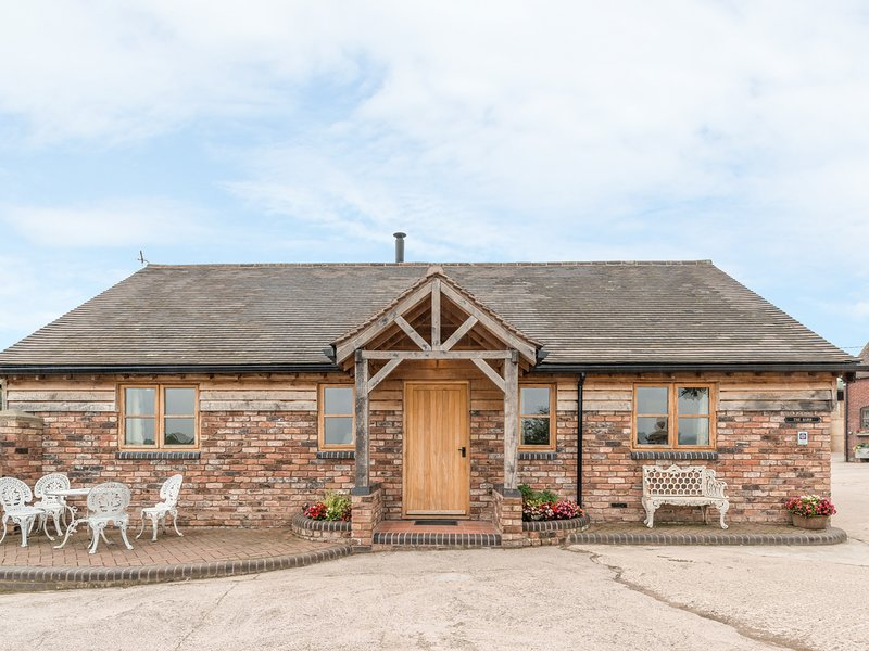 THE BARN, single-storey, woodburner, gravelled garden, off road parking, location de vacances à Little Wenlock
