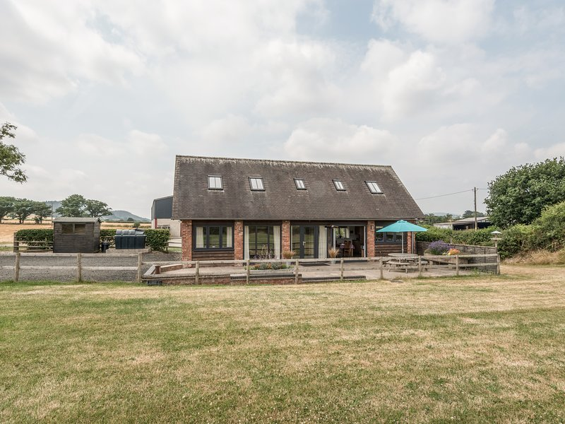 THE COATES, detached barn, en-suites, woodburning stove, in Wall-under-Heywood, holiday rental in Diddlebury