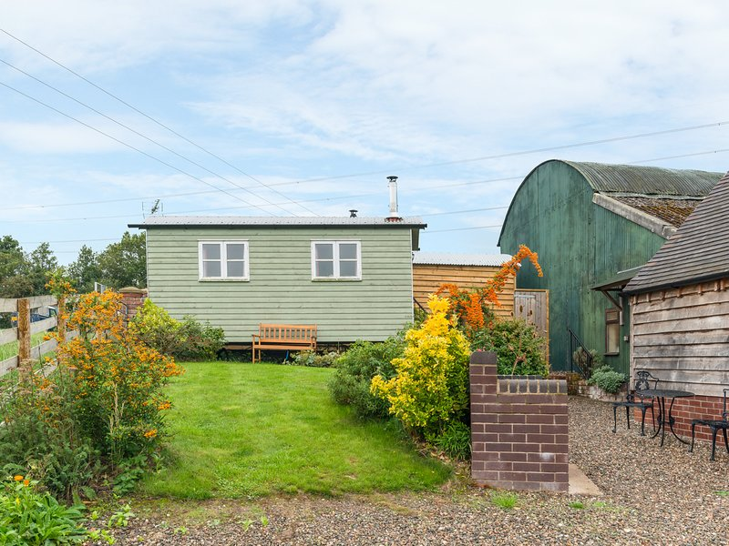 SHEPHERD'S HUT, romantic, unique holiday cottage, with a garden in Leighton, holiday rental in Jackfield