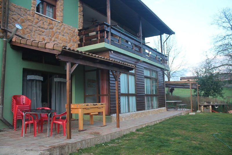 Spacious house with mountain view, holiday rental in Parres Municipality