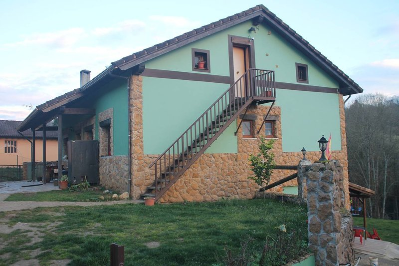 Nice apt with mountain view & Wifi, holiday rental in Parres Municipality