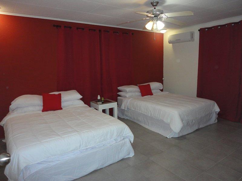 Rött fyrbäddsrum med eget badrum, eget badrum. Varmvatten och Smart TV. Gratis airpot hämtning