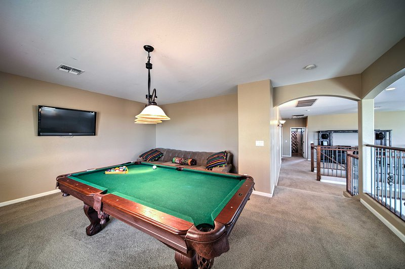 Você vai adorar as comodidades da casa, incluindo uma mesa de bilhar, piscina privada e muito mais!
