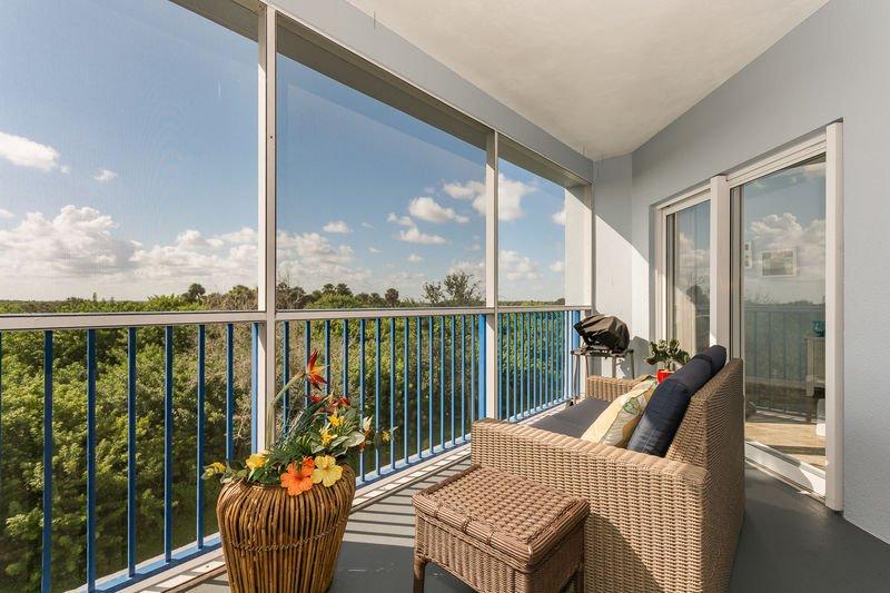 Schön abgeschirmt in der Veranda. Entspannen Sie sich und genießen Sie die frische Luft. Elektrogrill für Ihr Grillvergnügen.