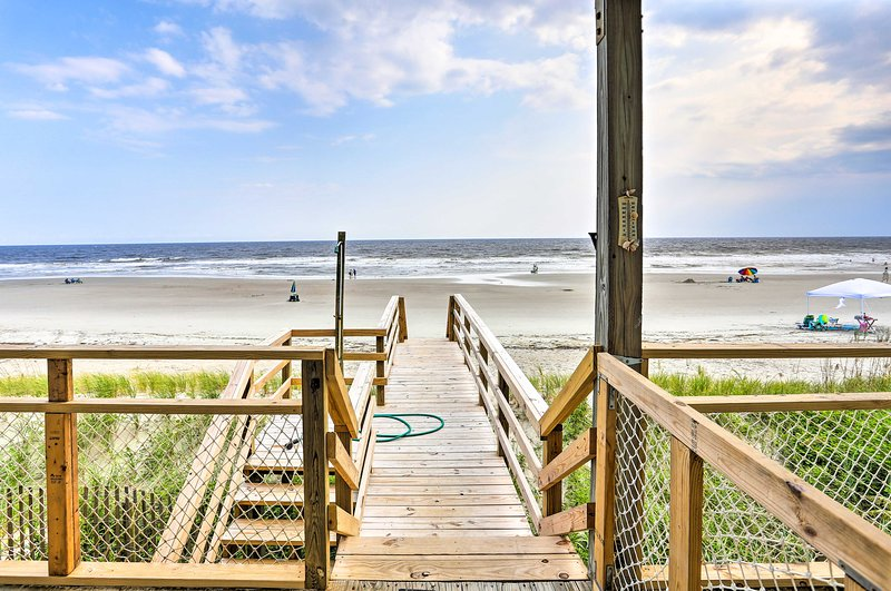 Oak Island Beach Cottage w/ Direct Beach Access!, location de vacances à Caswell Beach