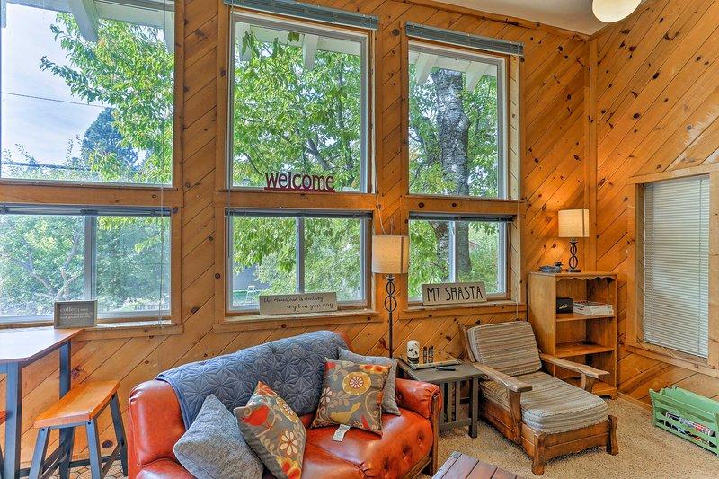 Cozy Studio Near Hiking & Skiing, Walk to Downtown, vacation rental in McCloud