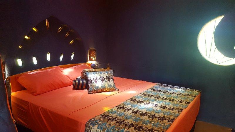 Blaues Bett Zimmer mit Queen-Size-ergonomischem Bett