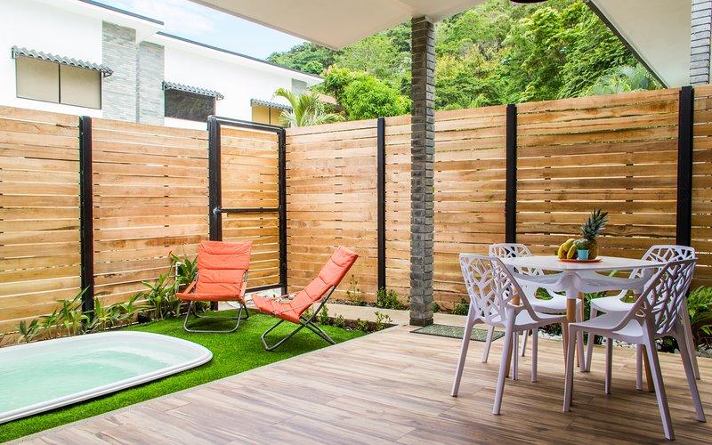 2 Bedroom Loft Apartment with plunge pool, 1 min from beach, alquiler de vacaciones en Mal País